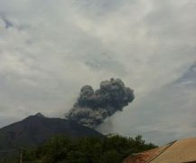 【鹿児島】口永良部島で火山性地震多発。新岳火山が噴煙が上がっている!