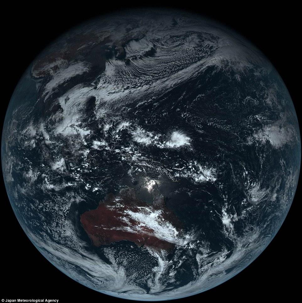 【衛星ひまわり】日本の気象衛星がすごいと話題。地球は青くなかったー